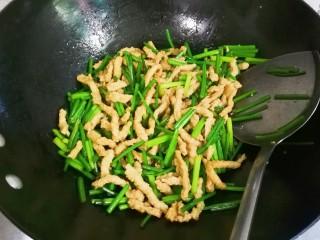韭苔炒小面筋,翻炒均匀
