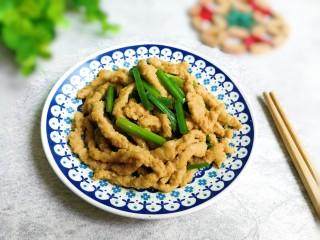 韭苔炒小面筋,出锅盛盘