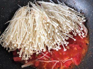 西红柿炒金针菇,翻炒至软,加1g盐