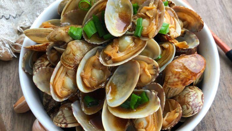 蚝油花蛤,翻炒均匀即可装盘撒葱花(喜欢加鸡精的朋友可以加少许鸡精调味,不加也非常好吃哦)