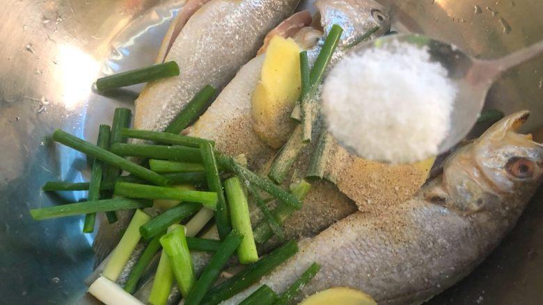 煎小黄鱼,放入2g盐