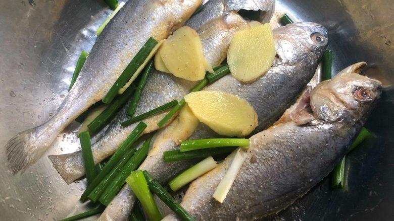 煎小黄鱼,用手抓匀,腌制20分钟