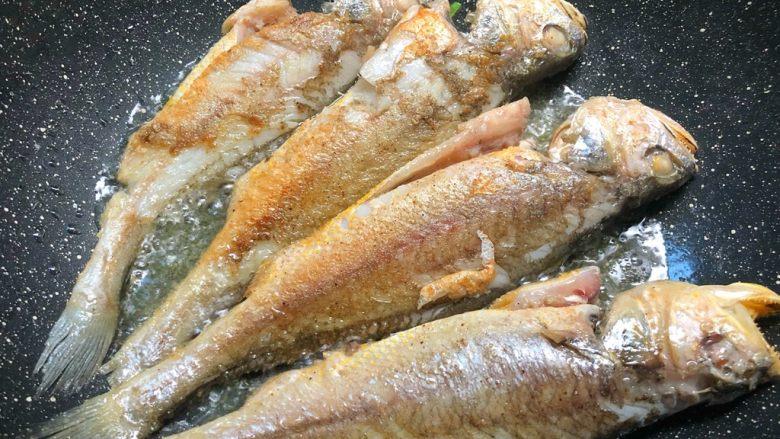 煎小黄鱼,煎好一面翻另一面继续煎