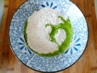 手抓饼,盆里放入面粉,加入榨好的蔬菜汁