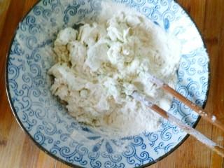 手抓饼,一拌面用开水和,另一半用凉水和面