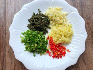 青花椒鱼,把捣碎的青花椒酱放入盘里待用,把3个青辣椒、2个小米辣、20g生姜、30g蒜头全部剁碎待用
