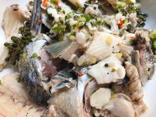青花椒鱼,鱼头鱼骨煮熟捞到大碗里