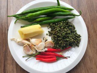 青花椒鱼,青辣椒6个,小米辣4个,青花椒60g,蒜头30g,生姜20g