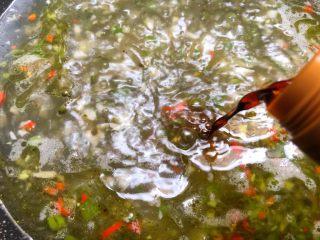 青花椒鱼,倒入10g蒸鱼豉油