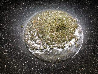 青花椒鱼,锅里放入适量油,放入捣碎的青花酱炒香