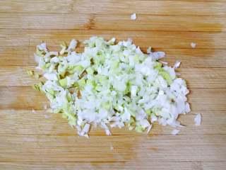 素菜包,大葱洗干净切成葱花(其实用小葱更香,但是今天没有买到小葱,只能用大葱了)。
