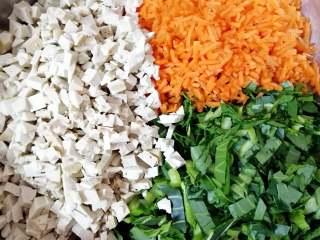 素菜包,切好的豆腐胡萝卜青菜一起放在大一点的盆里。