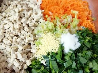 素菜包,爆香的葱花和油一起浇在准备好的素菜上,放盐和鸡精搅拌均匀。