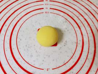 玉米面窝窝头,取一个小剂子搓成球状(其它的小剂子用保鲜膜盖上,防止表面风干)。