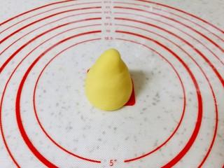 玉米面窝窝头,再搓成圆锥形。