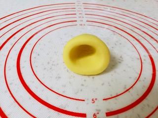 玉米面窝窝头,最后把搓好的圆锥形放在左手的手心里,用右手的大拇指放在圆锥形底部的中间位置,转圈旋出窝窝头的窝。