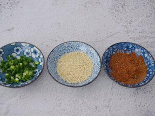 麻辣烤豆腐,将盐、椒盐粉、花椒粉、辣椒粉、孜然粉放在一起拌匀,比例按自己的口味选择调好备用,葱切葱花