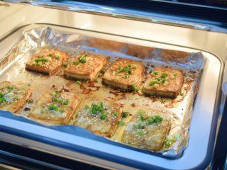 麻辣烤豆腐,烤至剩下2分钟时取出撒上白芝麻和葱花,