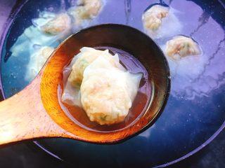 鲜虾馄饨,当水再次煮沸时可以再加一点冷水,直到馄饨浮起来,馄饨煮熟即可舀出