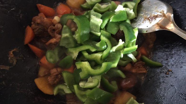 黄焖鸡,然后倒入青椒,翻炒均匀至变即可出锅。