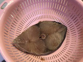 香煎马鲛鱼,马鲛鱼洗干净,用盐抹均匀鱼双面腌制15分钟