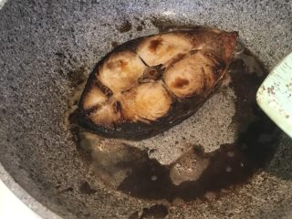 香煎马鲛鱼,最后淋上美极,出锅