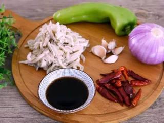 牛肚不用再刷火锅啦,尝试下这做法好吃到流口水!,·食材·  牛肚    150g、大蒜   20g、青椒   20g 洋葱    50g、干辣椒   15g、生抽   10g、盐   1g