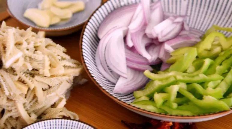 牛肚不用再刷火锅啦,尝试下这做法好吃到流口水!,牛肚洗净、青椒、洋葱切丝备用