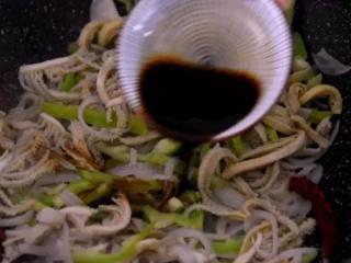 牛肚不用再刷火锅啦,尝试下这做法好吃到流口水!,放入盐、生抽调味,炒匀即可