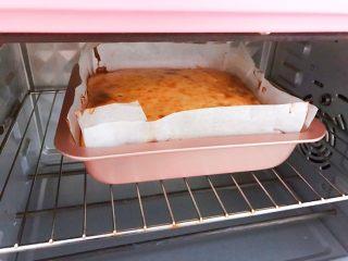 红豆酸奶芝士条,烤好后取出,等凉透后放入冰箱冷藏几个小时再脱模切块