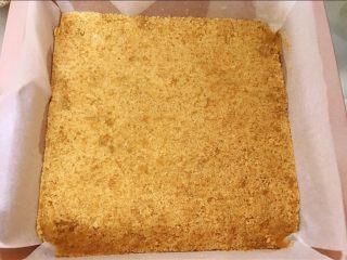 红豆酸奶芝士条,用勺子压紧压实 做好的饼干底放入冰箱冷藏半个小时