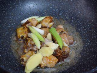 玉米烧排骨,加入葱姜蒜和八角炒出香味