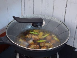 玉米烧排骨,大火烧开转小火炖煮二十分钟