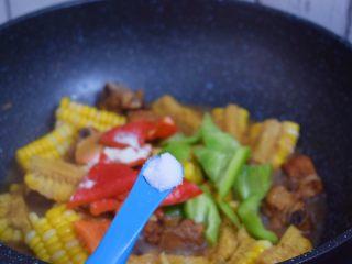 玉米烧排骨,加入盐,收大火翻炒收汁即可