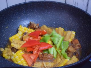 玉米烧排骨,加入青红椒