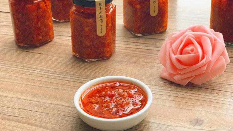 自制辣椒酱,成品,装罐密封,放在阴凉处。开封食用后须放冰箱冷藏保存。