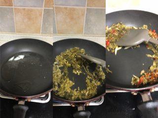 老坛酸菜肉丝面,猪油化开,翻炒酸菜,酸菜会吸收所有猪油,酸菜能吸油的让你都开始怀疑人生。再放上姜丝泡椒粒,炒香后备用