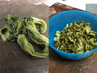老坛酸菜肉丝面,老坛酸菜切成片或者丝。