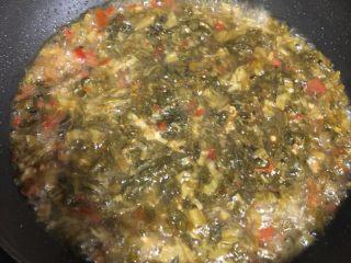 老坛酸菜肉丝面,加入刚才炒好的酸菜,加入水没过酸菜,加点白砂糖,水开后放入肉丝