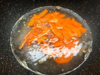 木耳炒鸡蛋,锅里放入适量水烧开,放入胡萝卜焯30秒,焯好沥水待用