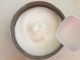 茶香戚风蛋糕,继续打发至泡沫细腻的时候再加入10克白砂糖