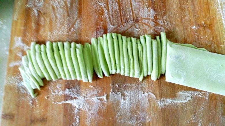 营养蔬菜打卤面,用刀切成自己想要粗细的面条