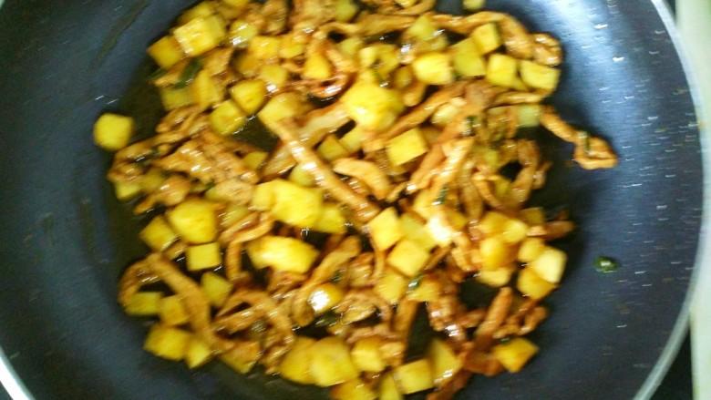 营养蔬菜打卤面,翻炒均匀