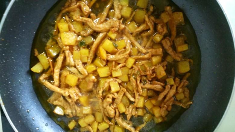 营养蔬菜打卤面,添适量的清水末过土豆