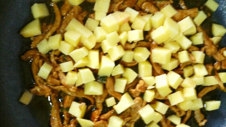 营养蔬菜打卤面,放入切好的土豆