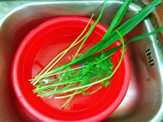 炸饺子,洗好蒜苗、芹菜茎、香菜。
