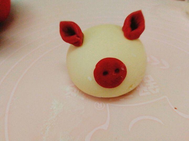 小猪🐷奶香馒头,沾点水装上,如图