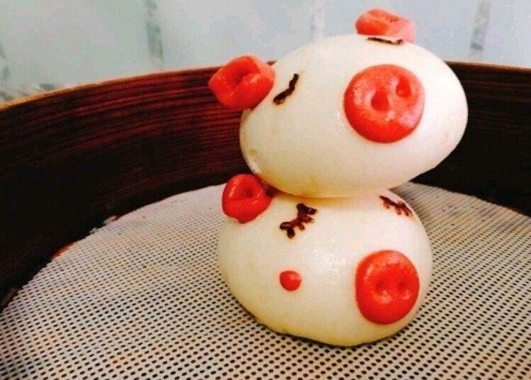 小猪🐷奶香馒头,后面一锅蒸两个有搓两个红曲粉面团当腮红