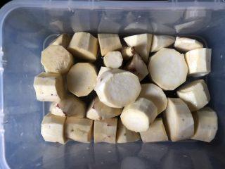 香芒苹薯沙拉,放入微波炉容器,加少量水,使最下面一层番薯块半没。加盖入微波炉高火五分钟。取出开盖放凉。