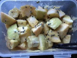 香芒苹薯沙拉,倒入芒果奶昔,拌匀。
